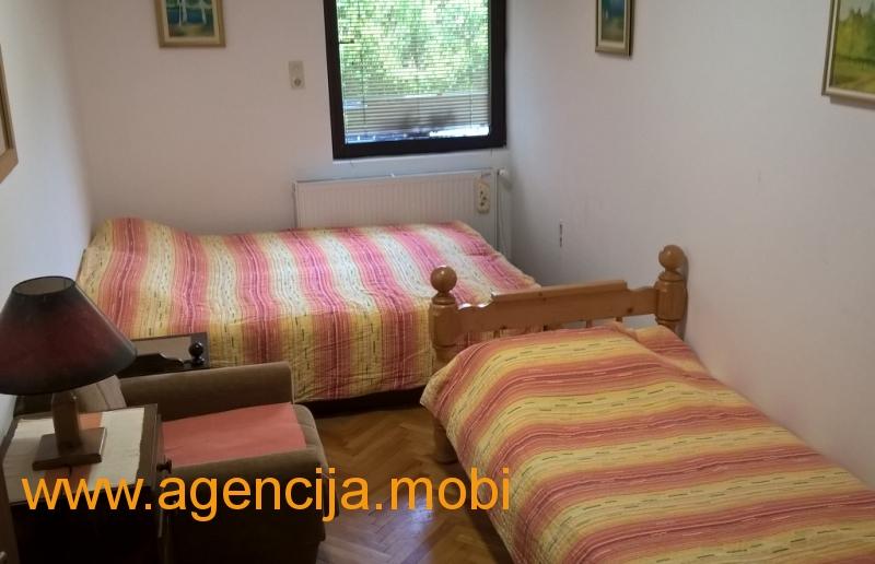 Apartman Dzeri Sokobanja - spavaca soba sa dva zasebna lezaja i kompletna posteljina za sve goste u apartmanu